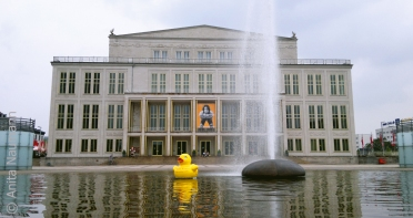 Leipziger Oper mit Riesengummiente