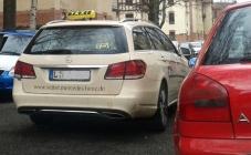 """Werbegag oder Zufall? Der """"v""""ette Benz hat jedenfalls die Straße blockiert."""