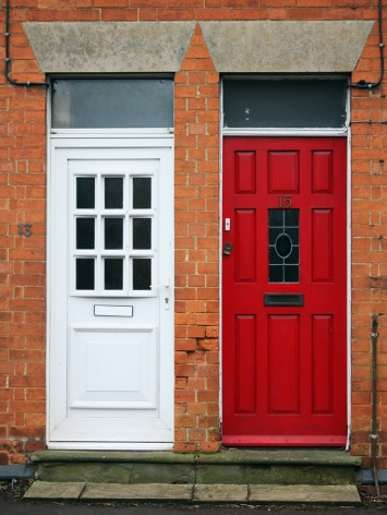 Impressionen aus England: Rote und weiße Tür
