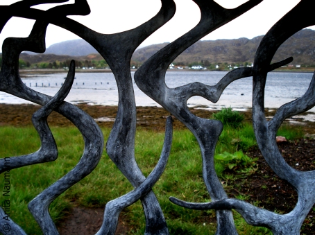 Blick durch den Zaun auf die Bucht in Inverewe Gardens