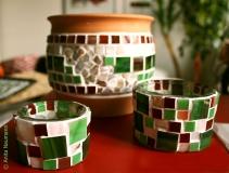 Blumentopf und Kerzengläser in Grün und Rot mit Perlmutt-Elementen